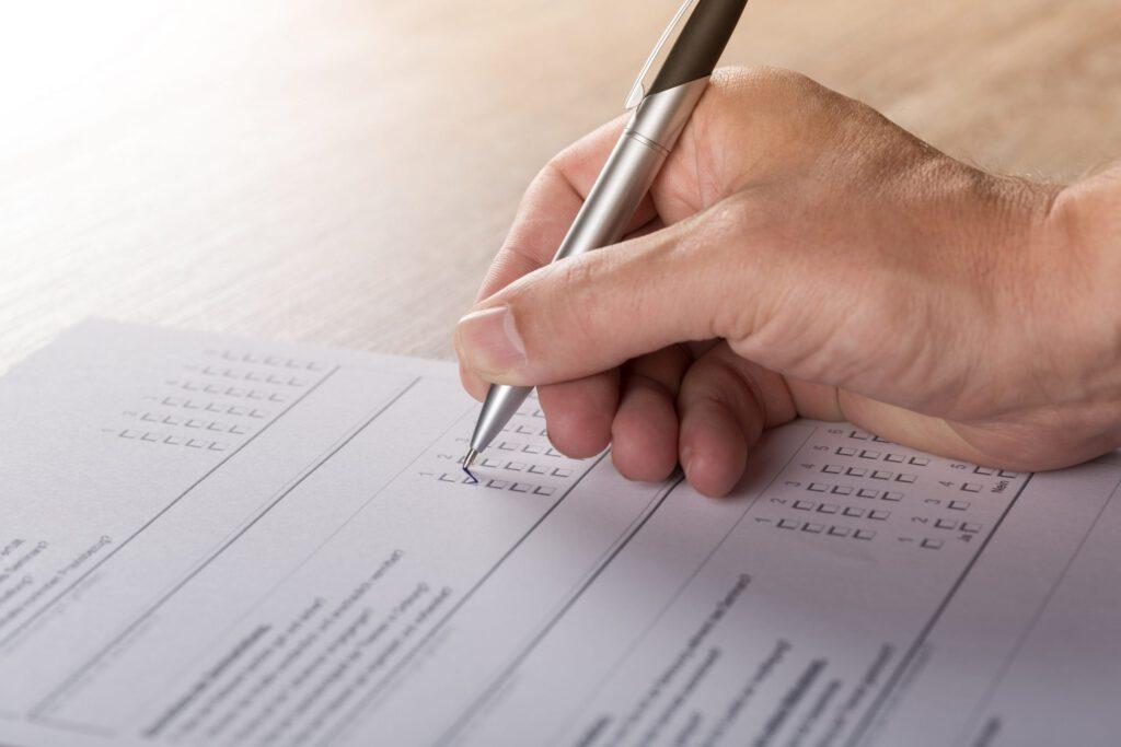 Ausfüllen eines Fragebogens zur Kundenzufriedenheit