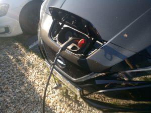 Nahaufnahme beim Tanken eines Elektro-Autos