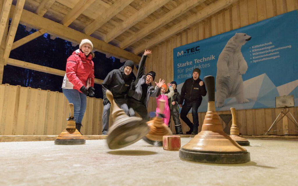 Mit M-TEC Kunsteisbahnen Eisstocksaison verlängern